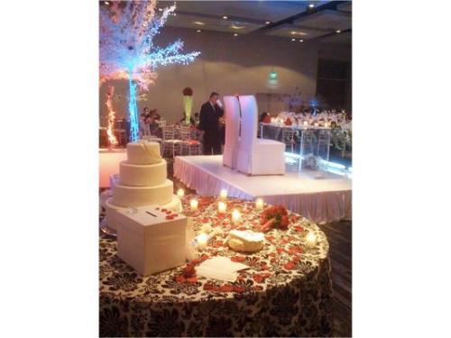 Mesa del pastel y mesa de los novios