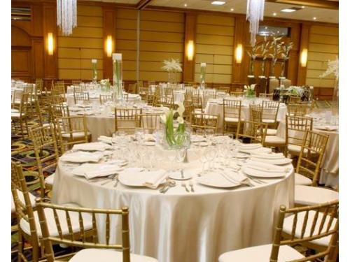 Montaje de boda blanco con alcatraces