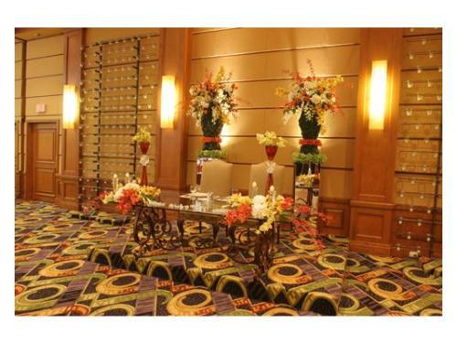Mesa de novios decorada con flores