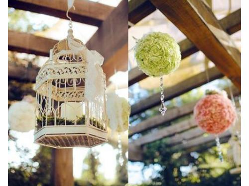 Decoración con jaula y esferas florales
