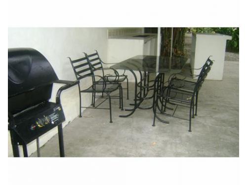 Mesas y sillas en la terraza