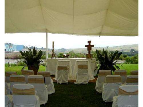 Terraza decorada con carpa para ceremonia