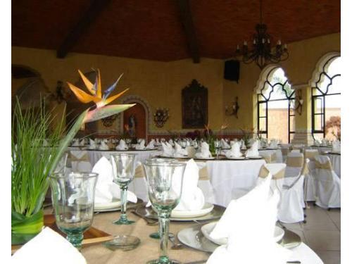Salón para bodas con mesas