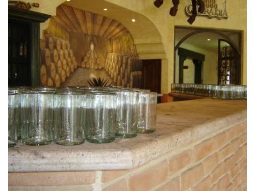 Barra de bebidas en el salón para la boda