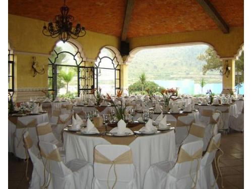 Mesas decoradas en la terraza