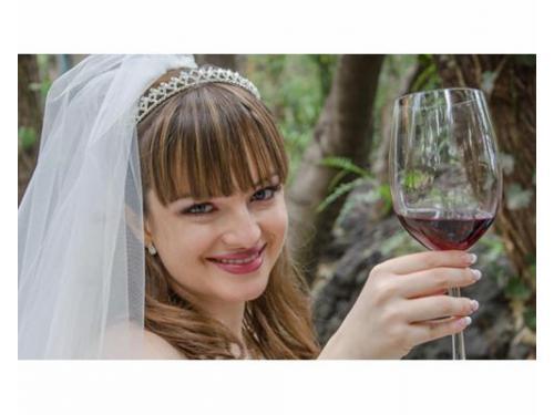 Novia con copa brindando