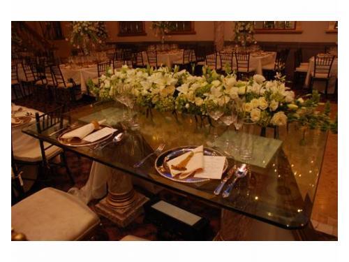 Decoración floral en la mesa principal