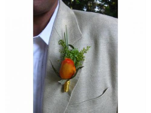 Accesorio floral para el novio