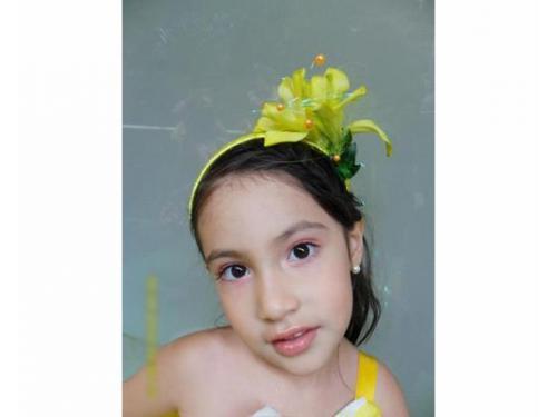 Diadema con flores para niña