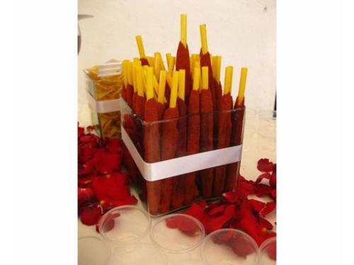Mesa de dulces decorada con pétalos