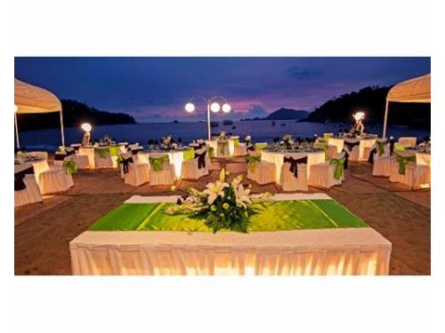 Área en la playa para banquete de bodas