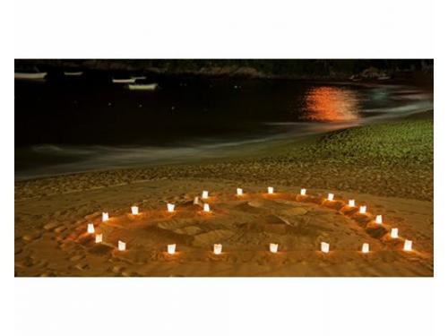 Corazón con velas en la playa