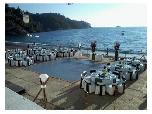 Montaje para banquete con vista a la playa