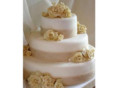 El delicioso y elegante pastel no puede faltar