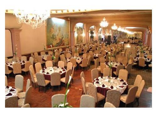 Una amplia visión de este elegante salón  para bodas