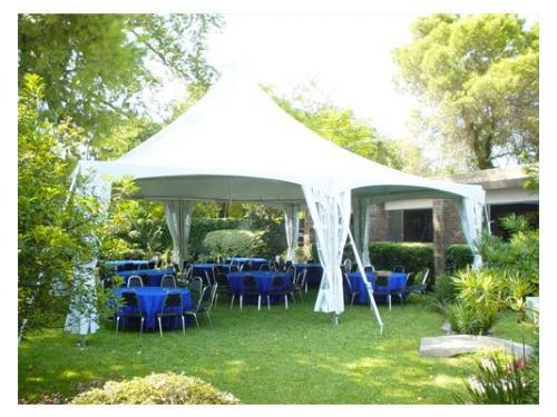 Montaje de carpa blanca y sillas listo para los invitados