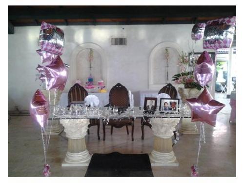 Mesa de los novios con globos