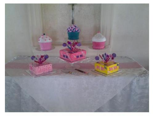 Mesa con diversos pasteles